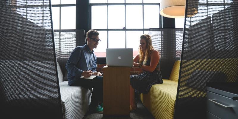 Snackar din kollega ofta skit? Drar den negativa stämningen och kontorspolitiken på jobbet ner dig? Det finns en lösning!