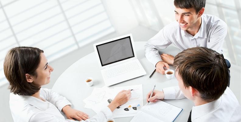Angespannte Situationen mit Kollegen können durch die richtige Kommunikation erfolgreich aufgelöst werden.